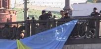 Фоторепортаж: «Пять человек задержаны за попытку вывесить флаг Украины на мосту у Кремля»