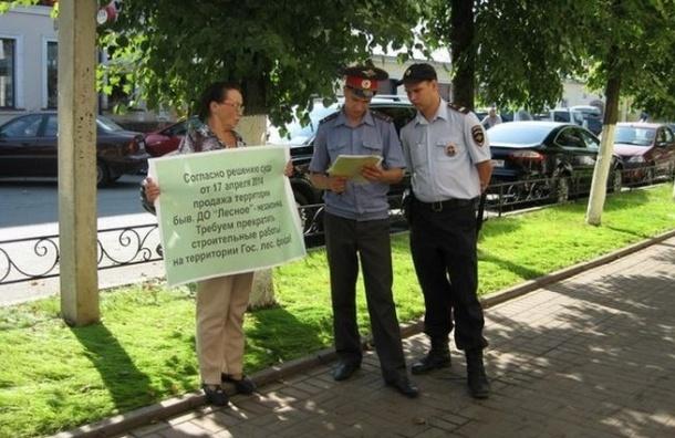 Гатчинские полицейские вмешались в одиночный пикет эколога