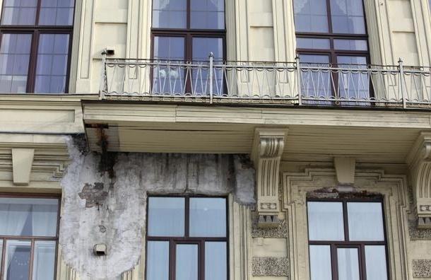 В доме на набережной Мойки под мужчиной обрушился балкон
