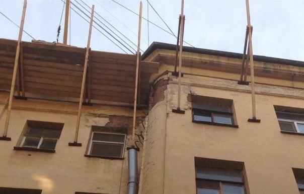 На доме по улице Восстания строят незаконную мансарду: Фото