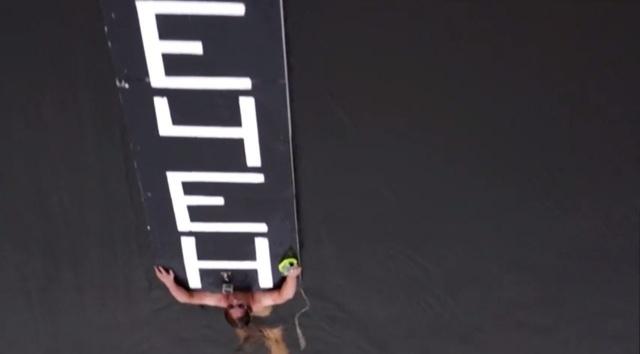 По Фонтанке проплыл мужчина с табличкой «Путин вечен»: Фото