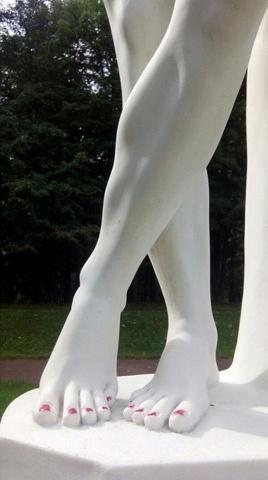 В Гатчине вандалы накрасили лаком ногти мраморной статуе: Фото
