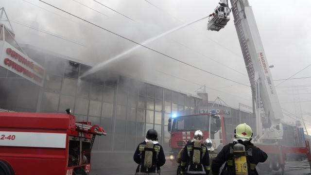На проспекте Испытателей горит торговый центр «Аэродром»: Фото