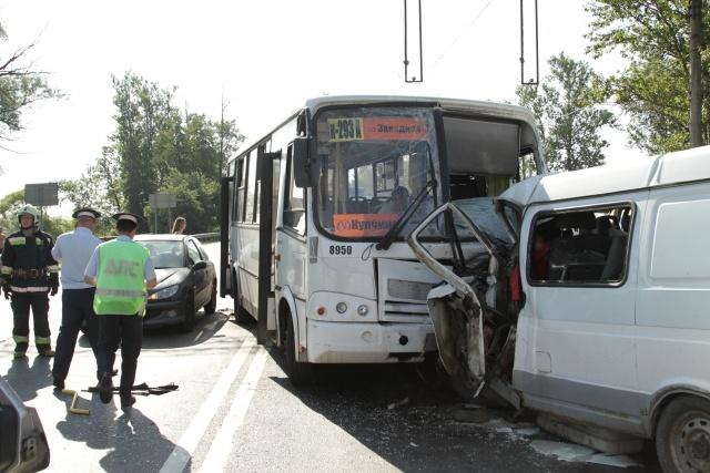 В Петербурге при лобовом столкновении автобуса и «Газели» погибли два человека: Фото