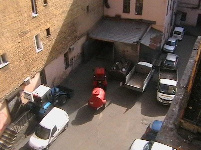 На улице Марата двор превратили в стоянку спецтехники: Фото