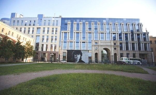 Смольный закрасит портрет Цоя в центре Петербурга: Фото