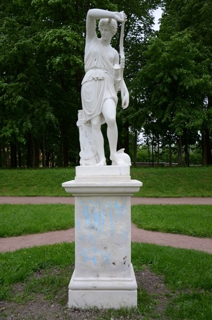 "скульптура ""Раненая амазонка"", ранее разрисованная вандалами"