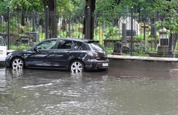 Дожди в Петербурге размывают кладбища