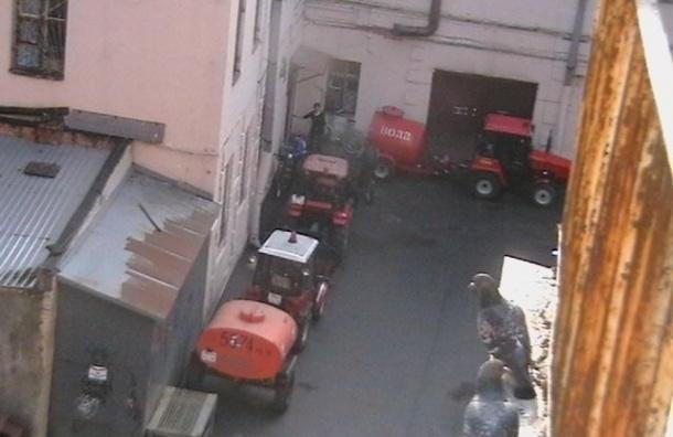 На улице Марата двор превратили в стоянку спецтехники