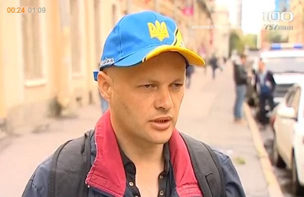 Петербургского поэта задержали из-за кепки цветов украинского флага