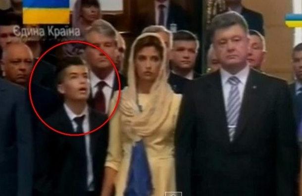 Сын Порошенко упал в обморок в храме во время молебна за Украину