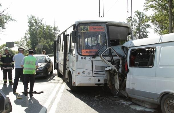 В Петербурге при лобовом столкновении автобуса и «Газели» погибли два человека