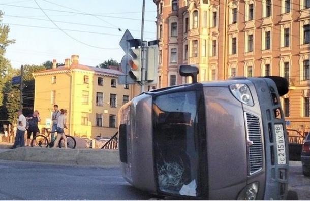 Полиция задержала неадекватного водителя на месте массового ДТП на Петропавловском мосту