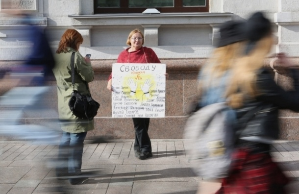 На Невском проходит одиночный пикет в защиту узников 6 мая