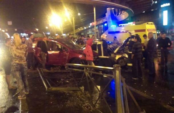 Серьезное ДТП произошло на пересечении проспекта Славы и Белградской