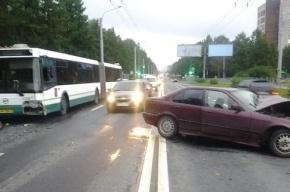 В Петербурге рейсовый автобус столкнулся с BMW, пострадавший в реанимации