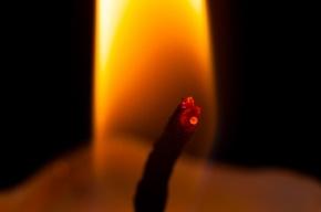 В Петербурге двухлетняя девочка опрокинула на себя свечку и загорелась