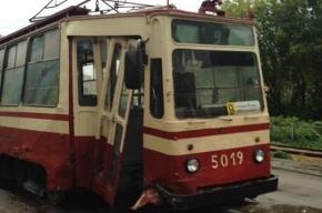 На проспекте Энгельса иномарка протаранила трамвай