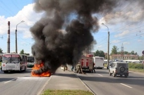 В Петергофе автомобиль врезался в столб и загорелся