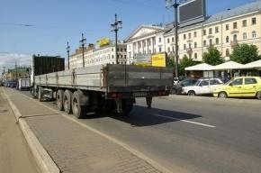 В Петербурге самосвал протаранил микроавтобус
