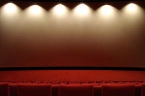 В Петербурге мужчина разорвал экран в кинотеатре