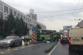 В Петербурге маршрутка сбила пешехода и врезалась в светофор
