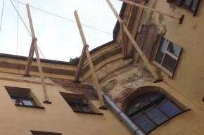 На доме по улице Восстания строят незаконную мансарду