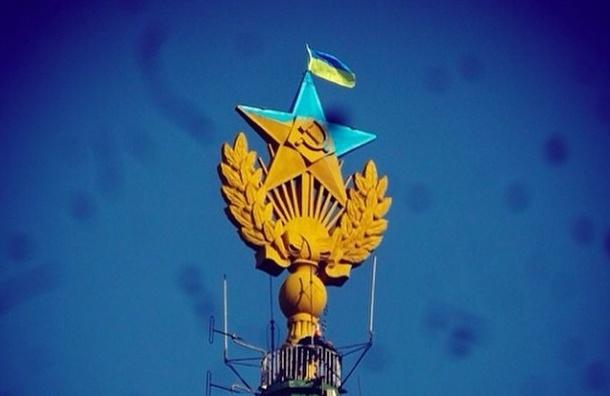 В Москве на сталинской высотке вывесили флаг Украины
