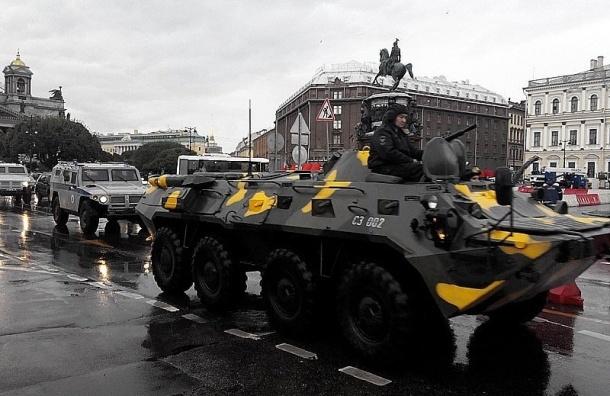 В центре Петербурга проехали два БТР в сопровождении полиции
