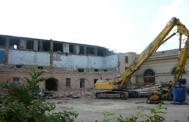 Продолжается снос верхних этажей западного флигеля Конюшенного ведомства