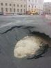 Дыру в асфальте на Дворцовой обещают починить завтра: Фоторепортаж