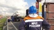 Перевернувшаяся фура перегородила КАД на севере Петербурга: Фоторепортаж