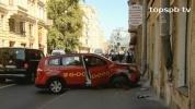 Фоторепортаж: «В центре Петербурга такси врезалось в стену жилого дома»