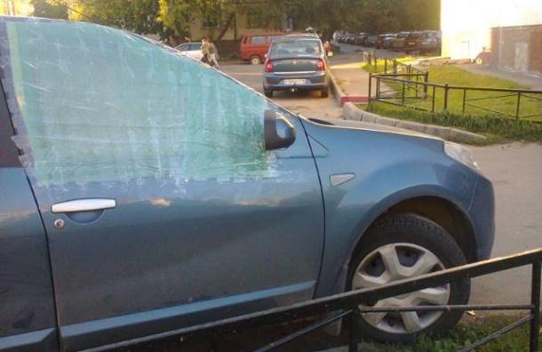 В автомобиле исполнительного директора «Солдатских матерей Петербурга» разбили стекла