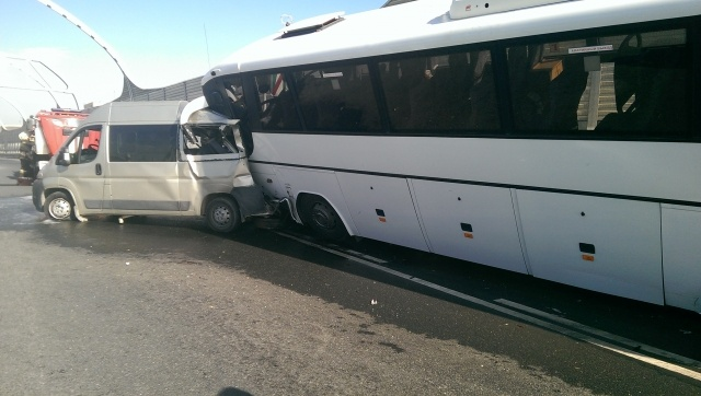 Туристический автобус попал в аварию на съезде с ЗСД: Фото