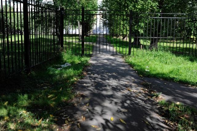 Огороженная территория у гимназии  № 524 в московском р-не: Фото