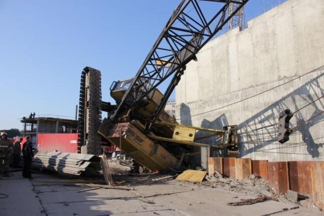 На Петроградке строительный кран упал на здание: Фото