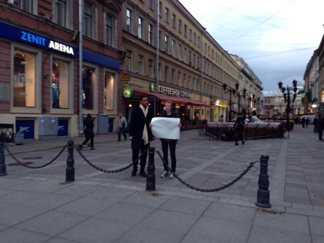 Гей-активист вышел на Невский с пустым плакатом: Фото
