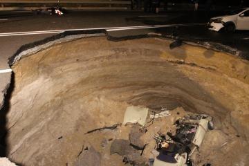 В Симферополе шесть человек погибли в автомобиле, провалившемся в яму: Фото