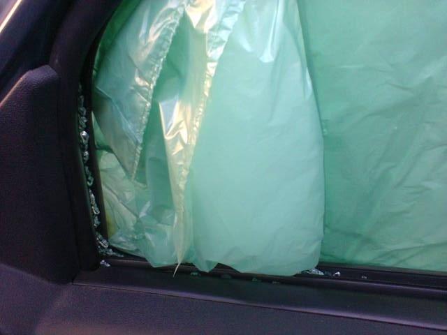 В автомобиле исполнительного директора «Солдатских матерей Петербурга» разбили стекла: Фото