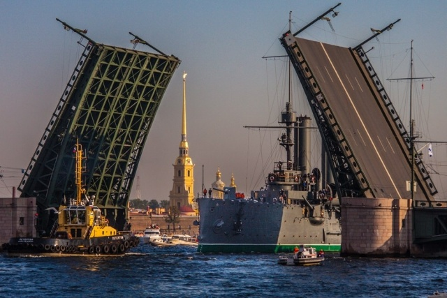 Крейсер «Аврора» проплыл по Неве среди бела дня: Фото