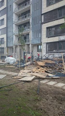 Пять человек пострадали при обрушении строительных лесов на проспекте Медиков: Фото