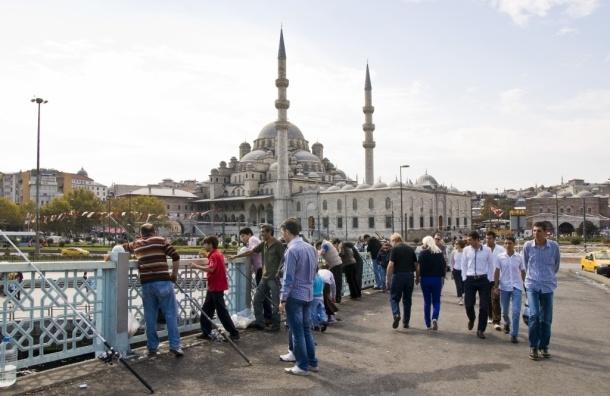 В Стамбуле полицейский сделал «селфи» на фоне моста с самоубийцей