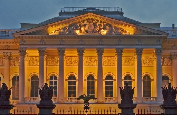 Вороны свили гнездо на фронтоне Русского музея