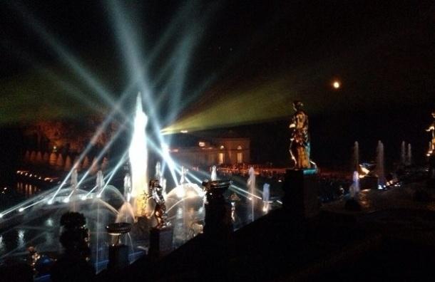 В Петергофе проходит праздник закрытия фонтанов