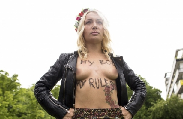 Активистки FEMEN разделись на избирательном участке в Москве