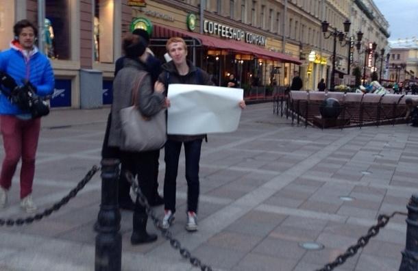 Гей-активист вышел на Невский с пустым плакатом