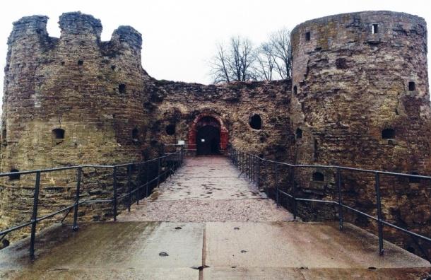 В Копорье разрушается старинная крепость