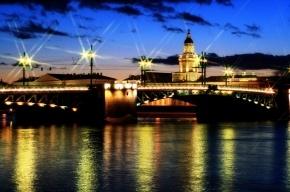В Петербурге женщина упала в Неву с Дворцового моста
