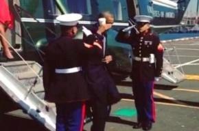 Обама отдал честь военным, держа в руке стакан кофе